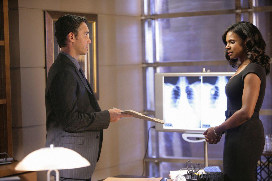 Naomi (Audra McDonald, r.) bekommt das Angebot, Dr. Lockhart (Jay Harrington, l.) bei einem Fall zu unterstützen und zieht damit den Groll ihrer Kol... - Bildquelle: ABC Studios