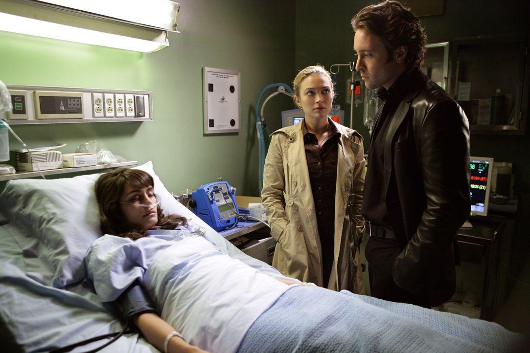 Mick (Alex O'Loughlin, r.) und Beth (Sophia Myles, M.) besuchen seine Ex-Frau Coraline (Shannyn Sossamon, l.) im Krankenhaus. Dort erhalten sie eine... - Bildquelle: Warner Brothers