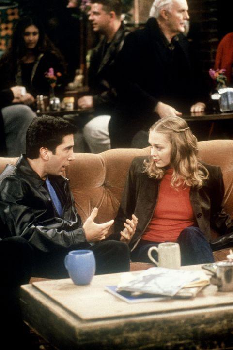 Ross (David Schwimmer, l.) verstößt gegen ein eisernes Gebot und lässt sich auf eine Affäre mit seiner Studentin Elizabeth (Alexandra Holden, r.... - Bildquelle: TM+  2000 WARNER BROS.