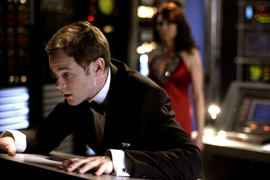 Langsam bereut Jimmy (Aaron Ashmore, l.), dass er der Agentin Webber (Anne Openshaw, r.) geholfen und Chloe ausspioniert hat ... - Bildquelle: Warner Bros.