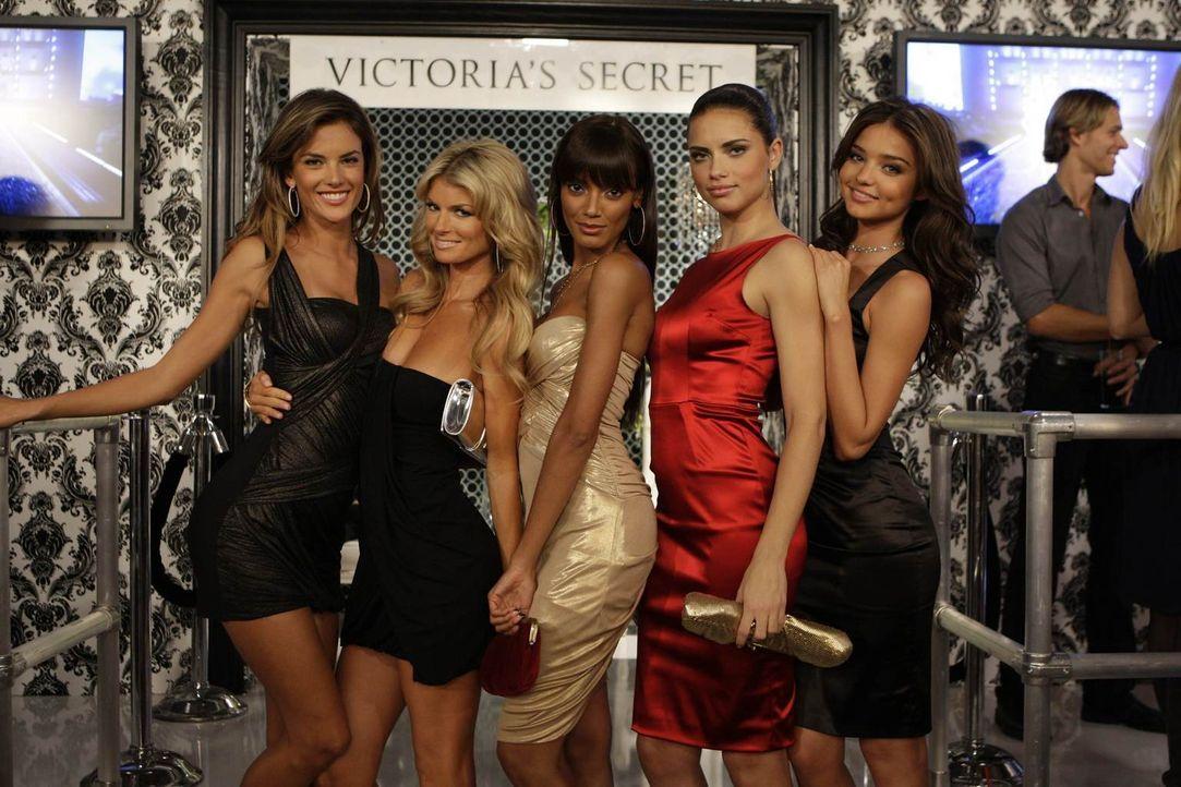 Ted, Marshall und Barney ahnen nicht, dass sie auf die Victoria Secret Models Alessandra Ambrosio, (l.), Marisa Miller (2.v.l.), Selita Ebanks (M.),... - Bildquelle: 20th Century Fox International Television