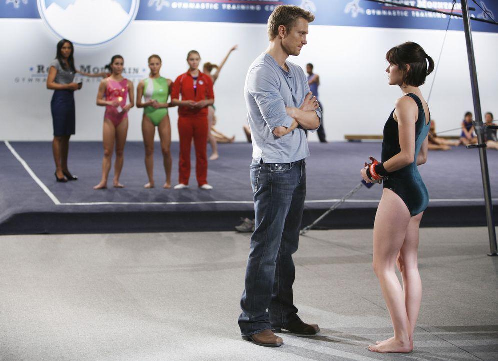 Sasha Beloff (Neil Jackson, l.) macht Emily (Chelsea Hobbs, r.) deutlich, dass er sie nicht mehr im Verein haben will ... - Bildquelle: 2009 DISNEY ENTERPRISES, INC. All rights reserved. NO ARCHIVING. NO RESALE.