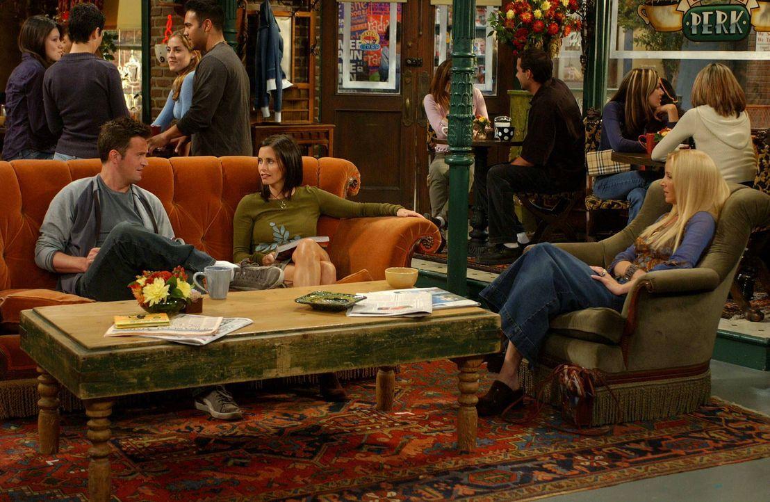 Im Central Perk treffen sich Monica (Courteney Cox, M.), Chandler (Matthew Perry, l.) und Pheobe (Lisa Kudrow, r.) zu einen gemütlichen Plausch ... - Bildquelle: 2003 Warner Brothers International Television