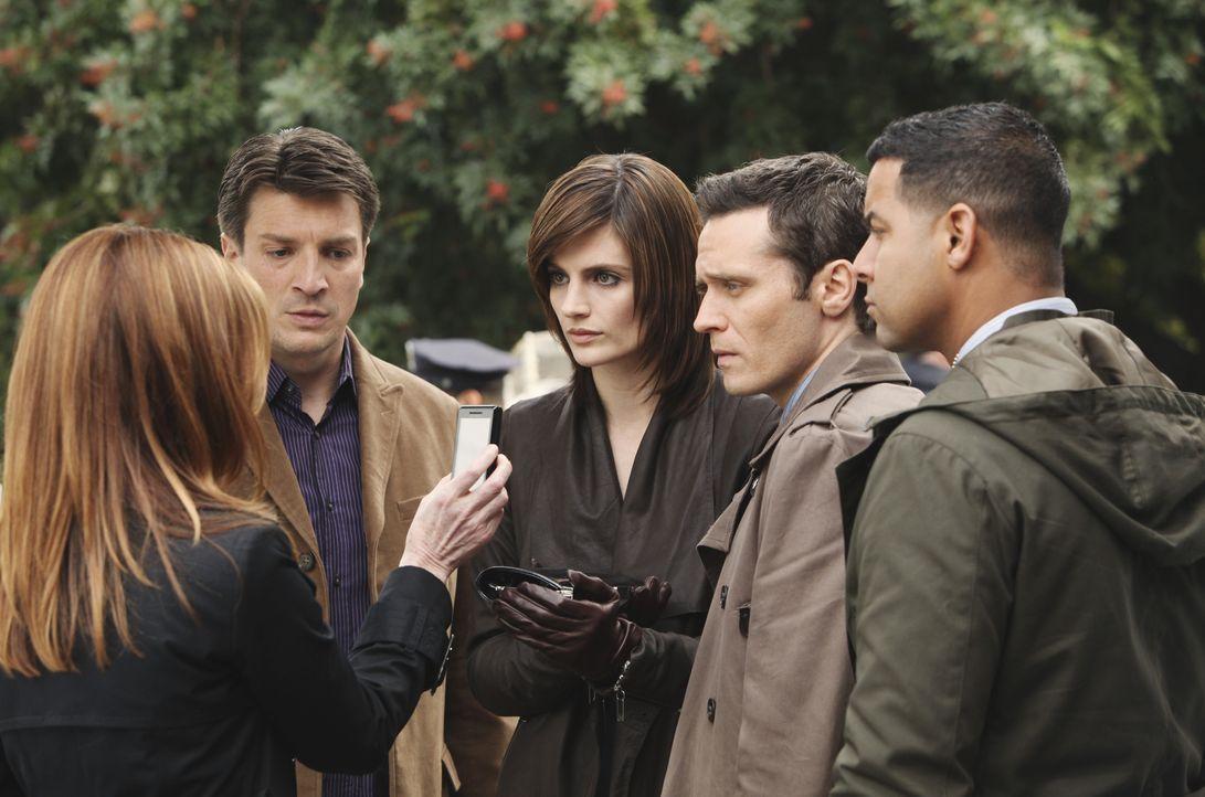 Castle (Nathan Fillion, 2.v.l.), Beckett (Stana Katic, M.), Kevin Ryan (Seamus Dever, 2.v.r.) und Javier Esposito (Jon Huertas, r.) sind von den tec... - Bildquelle: ABC Studios