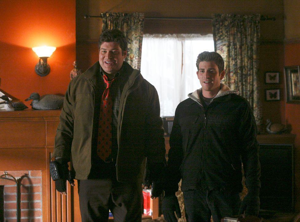Überbringt die freudige Nachricht, dass Nick Garret (Bryan Greenberg,r.) diesmal an der Weihnachtsfeier teilnimmt: Owen Rowan (Brad William Henke, l... - Bildquelle: ABC Studios