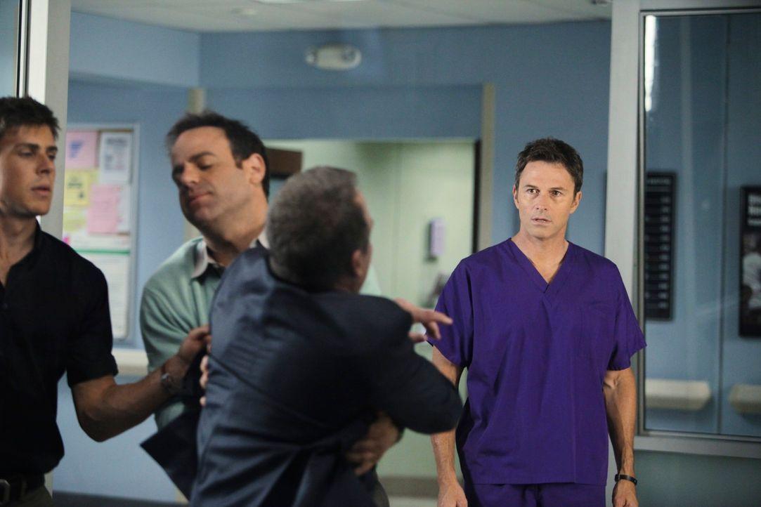 Durch die angespannte Situation kommt es zwischen Pete (Tim Daly, r.) und Sheldon (Brian Benben, 2.v.r.) zum Streit. Dell (Chris Lowell, l.) und Coo... - Bildquelle: ABC Studios