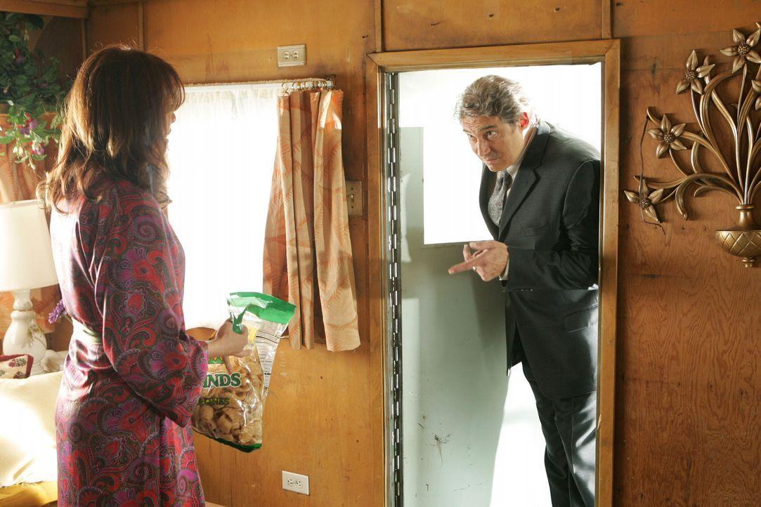 Julie (Melinda Clarke, l.) ist total erstaunt, als plötzlich Dr. Roberts (Michael Nouri, r.) bei ihr im Wohnwagen steht ... - Bildquelle: Warner Bros. Television