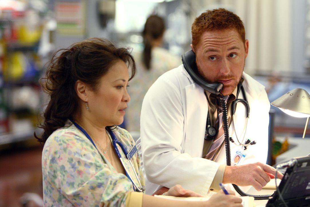 In der Notaufnahme ist jede Menge zu tun: Lily (Lily Mariye, l.) und Morris (Scott Grimes, r.) ... - Bildquelle: Warner Bros. Television