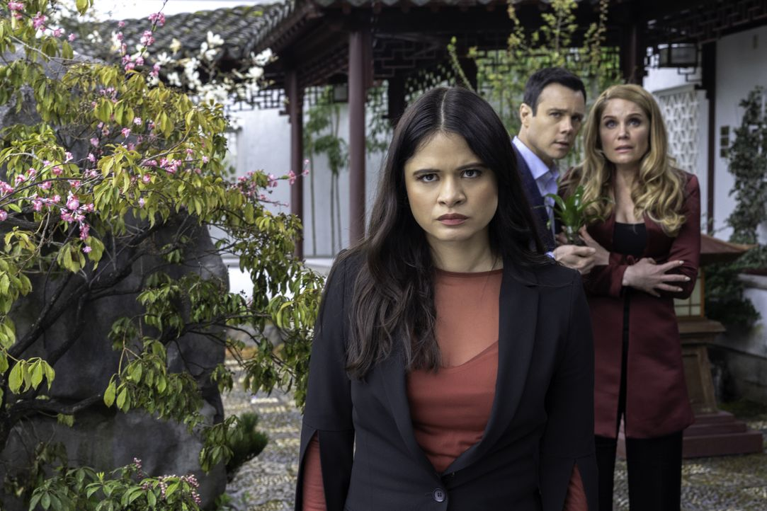 (v.l.n.r.) Mel Vera (Melonie Diaz); Harry Greenwood (Rupert Evans); Charity (Virginia Williams) - Bildquelle: Colin Bentley 2019 The CW Network, LLC. All rights reserved. / Colin Bentley