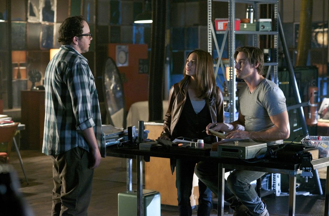 Das ständige Versteckspiel zerrt sehr an J.T.s (Austin Basis, l.) und Vincents (Jay Ryan, r.) Nerven. Cat (Kristin Kreuk, M.) legt den beiden nahe,... - Bildquelle: 2012 The CW Network, LLC. All rights reserved.