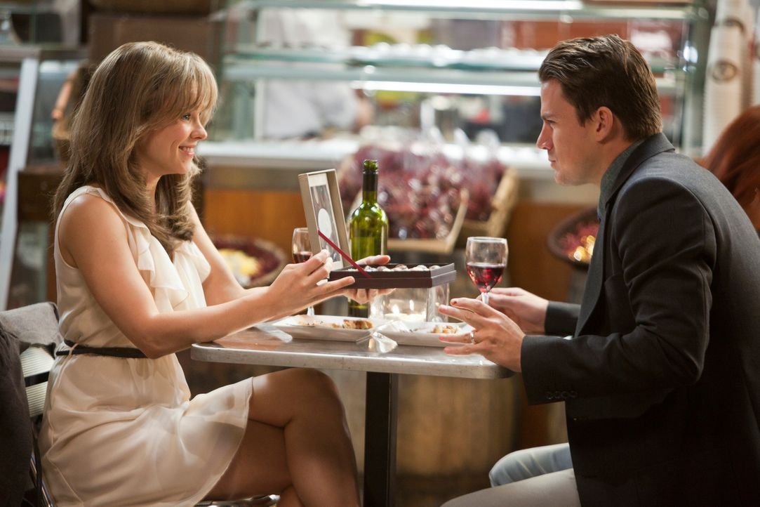 Als hätten sie einander noch nie berührt: Leo (Channing Tatum, r.) muss alles tun, um seine Ehefrau Paige (Rachel McAdams, l.) aufs Neue zu erobern,... - Bildquelle: Kerry Hayes 2010 Vow Productions, LLC. All rights reserved.
