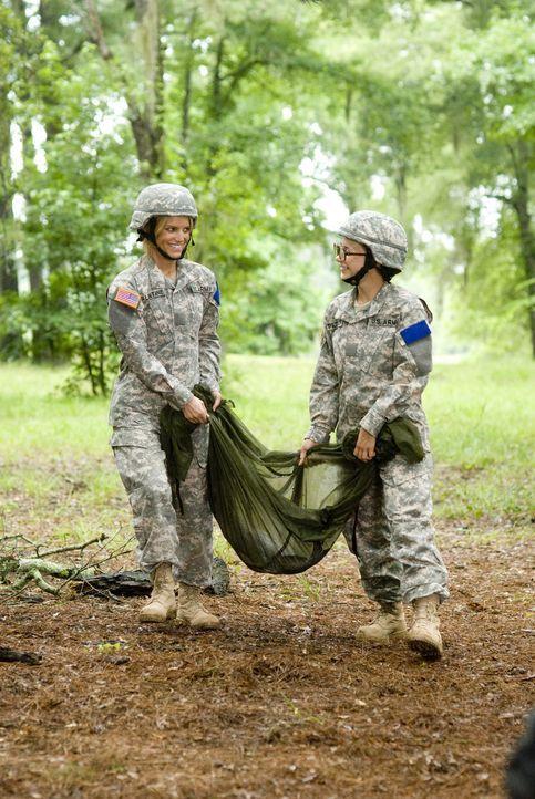 Langsam aber sicher macht Kadett Megan Valentine (Jessica Simpson,l.) und Kadett Petrovich (Olesya Rulin,r.) die Zusammenarbeit Spaß. - Bildquelle: 2007 MAJOR PRODUCTIONS, INC.