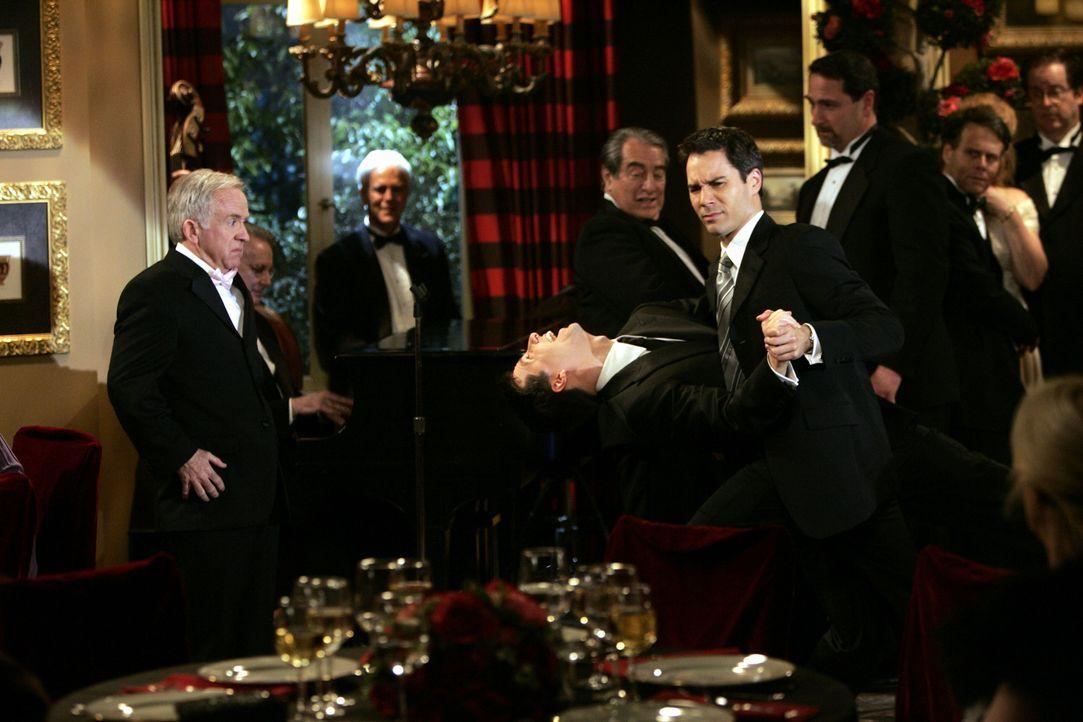 Ein Tänzchen in Ehren kann niemand verwehren: Will (Eric McCormack, vorne r.) und Jack (Sean Hayes, vorne l.) ... - Bildquelle: Chris Haston NBC Productions