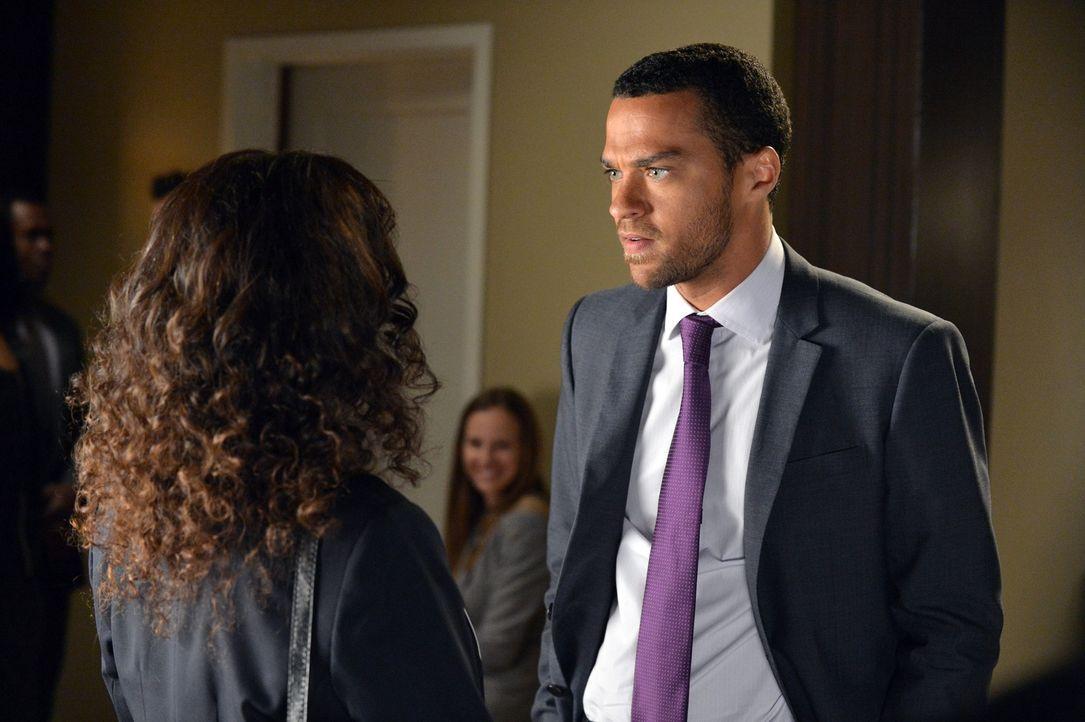 Während Dr. Catherine Avery (Debbie Allen, l.) die Prüfungen der Assistenzärzte durchführt, muss Jackson (Jesse Williams, r.) zittern, ob er sein Pr... - Bildquelle: Touchstone Television