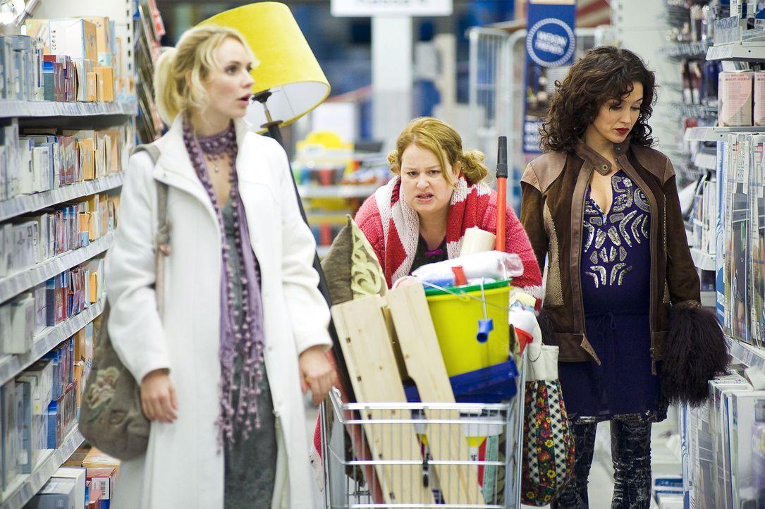 Eher widerwillig begleitet Stella (Katja Schuurman, r.) Fatima (Bracha van Doesburgh, l.) und Nienke (Eva van der Gucht, M.) in den Baumarkt ...