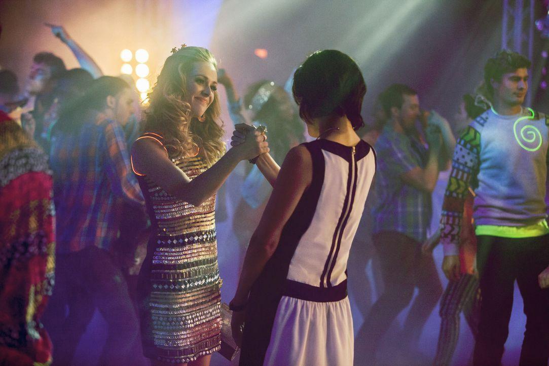 Sophia (Brina Palencia, r.) macht bei Taylor (Natalie Hall, l.) eine Entdeckung, die zu einigen Problemen führen könnte ... - Bildquelle: 2014 The CW Network, LLC. All rights reserved.