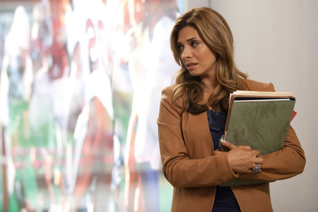 Muss sich um die Roockie Randall Boozler kümmern, der grundsätzlich zum Training zu später erscheint: Dani (Callie Thorne) ... - Bildquelle: 2011 Sony Pictures Television Inc. and Universal Network Television LLC.  All Rights Reserved.