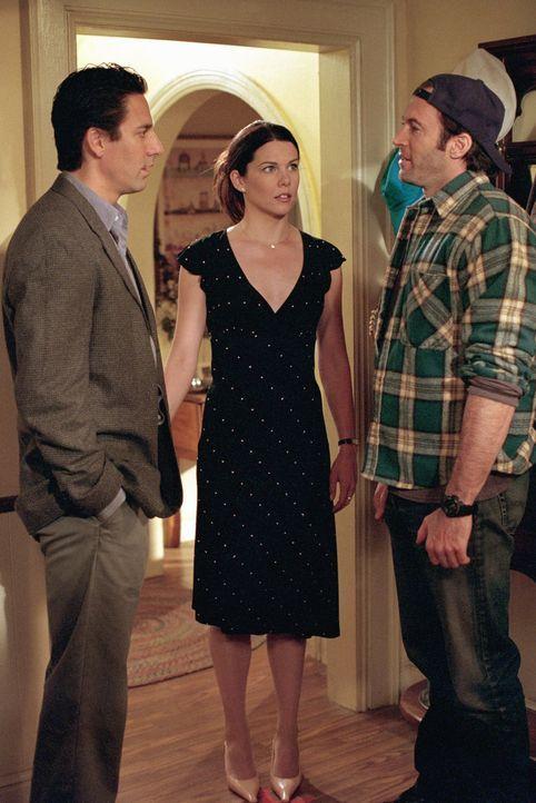 Gerade als Max (Scott Cohen, l.) und Lorelai (Lauren Graham, M.) ihre Beziehung auf eine neue Ebene heben wollen, wird Lorelai in die Beziehung von... - Bildquelle: 2000 Warner Bros.
