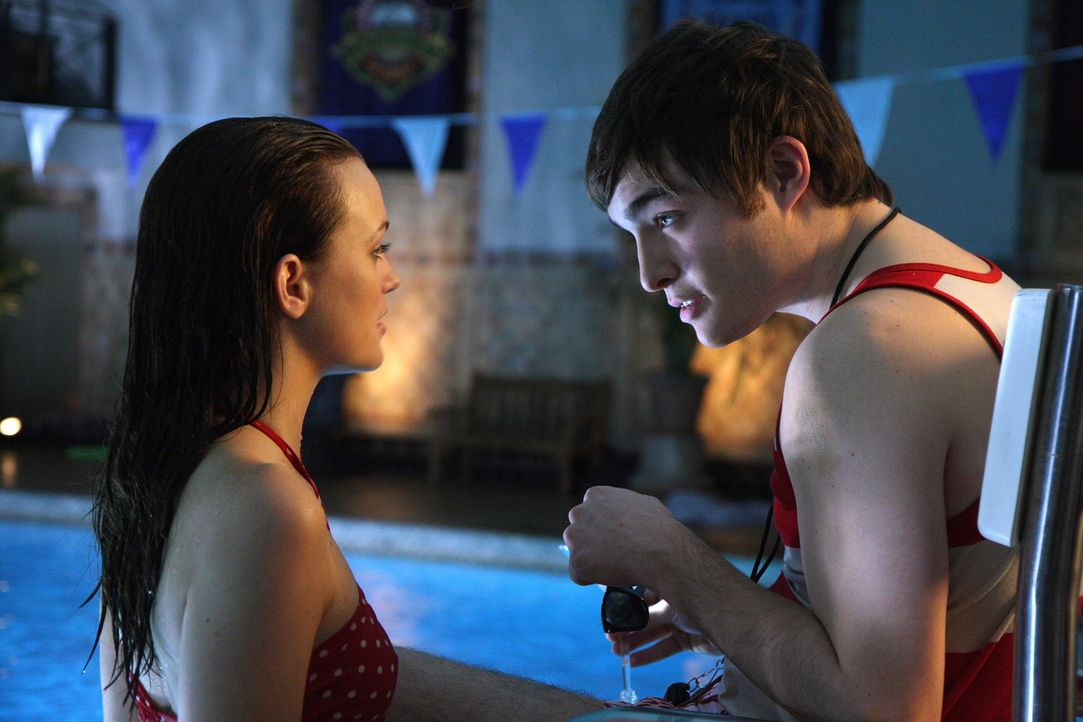 Blair (Leighton Meester, l.) hat noch immer Angst, dass Nate etwas von ihrer Affäre mit Chuck (Ed Westwick, r.) erfährt ... - Bildquelle: Warner Brothers