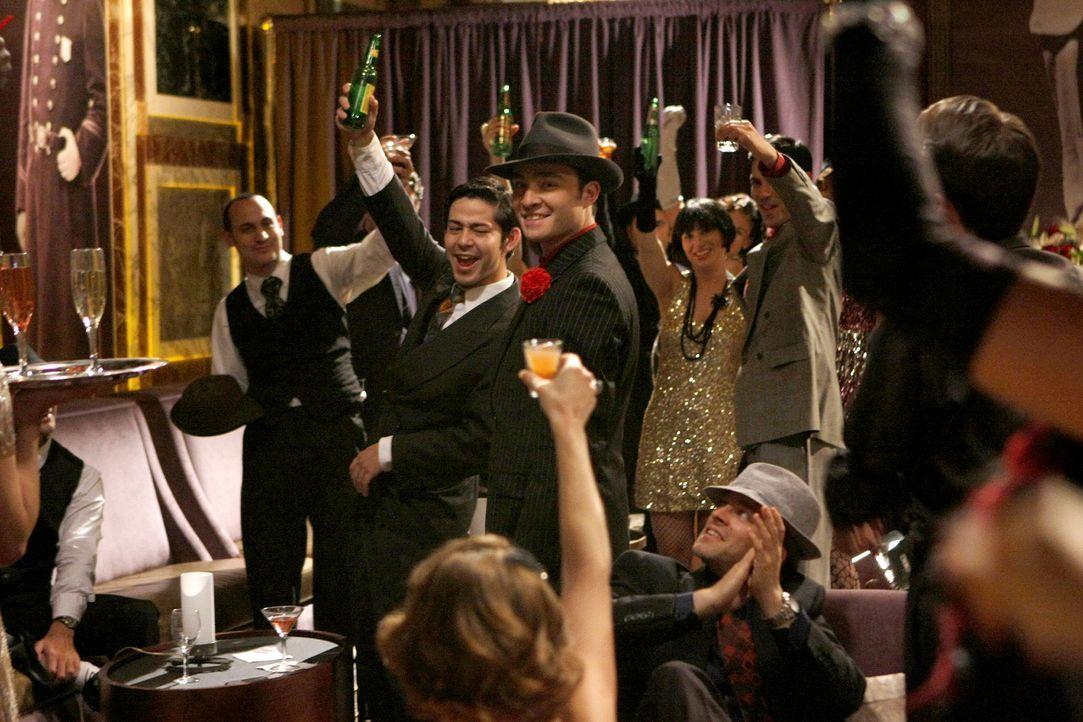 Chuck (Ed Westwick, M.) wird bei seiner Club-Eröffnung gefeiert - doch wie lange noch? - Bildquelle: Warner Brothers