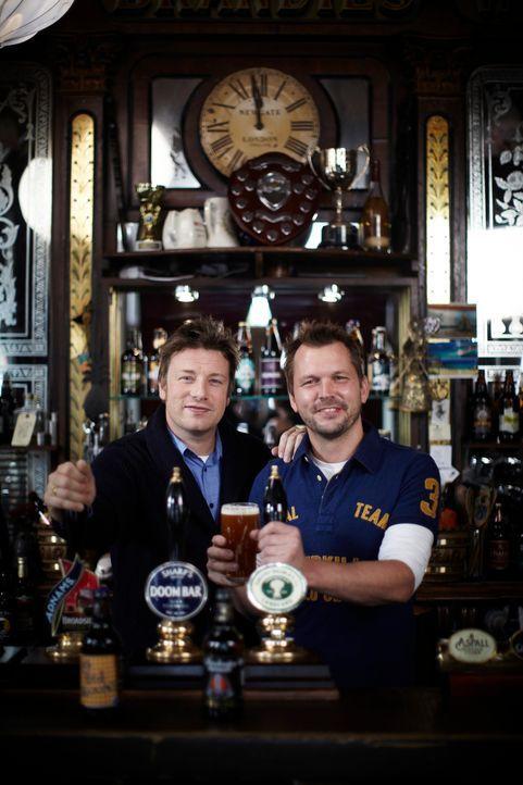 Voller Begeisterung treffen Jamie (l.) und Jimmy (r.) auf eine neue Generation von Brauern, die britisches Bier wieder cool machen wollen ... - Bildquelle: David Loftus David Loftus 2014