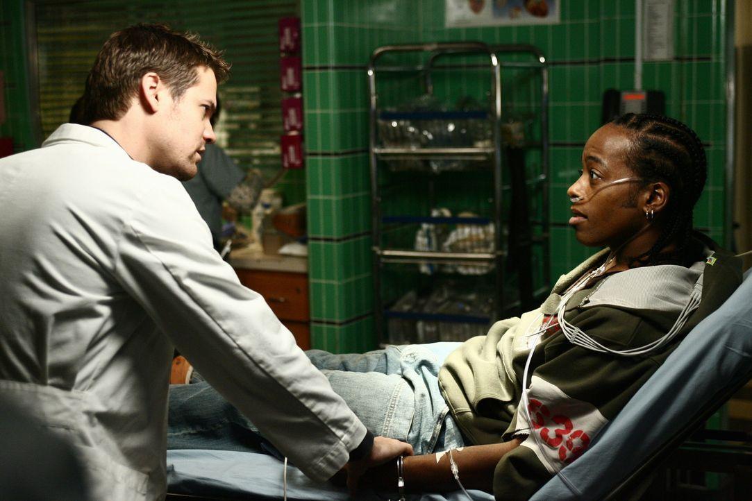 Ray (Shane West, l.) versucht von Deshawn (Marc Bowman, r.) etwas über den Unfallhergang heraus zu bekommen, doch es ist nichts zu machen - der Jung... - Bildquelle: Warner Bros. Television