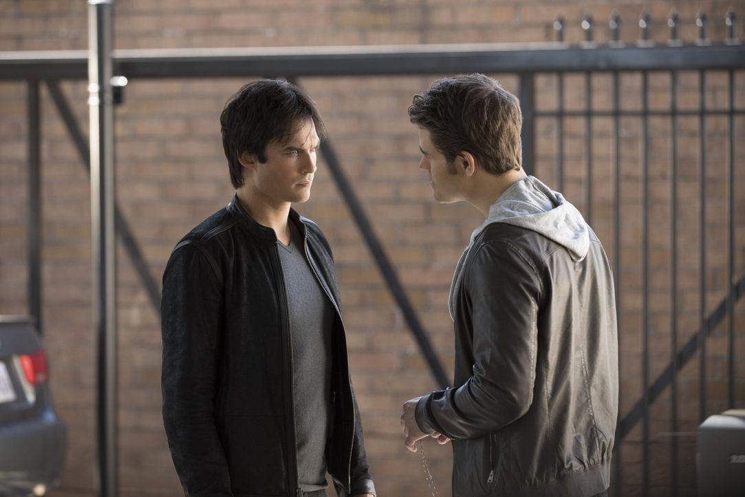Nachdem Stefan (Paul Wesley, r.) seine Menschlichkeit abgestellt hat, ist selbst Damon (Ian Somerhalder, l.) nicht mehr vor seinen unfairen Spielche... - Bildquelle: Warner Bros. Entertainment, Inc.