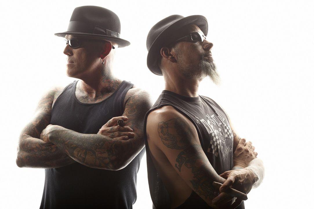 Die Tattoo-Spezialisten Dirk (l.) und Ruckus (r.) werden mit einem Model konfrontiert, die sich eine Tätowierung zugelegt hatte, um ihre Großmutter... - Bildquelle: Jeremy Cowert 2013 A+E Networks, LLC