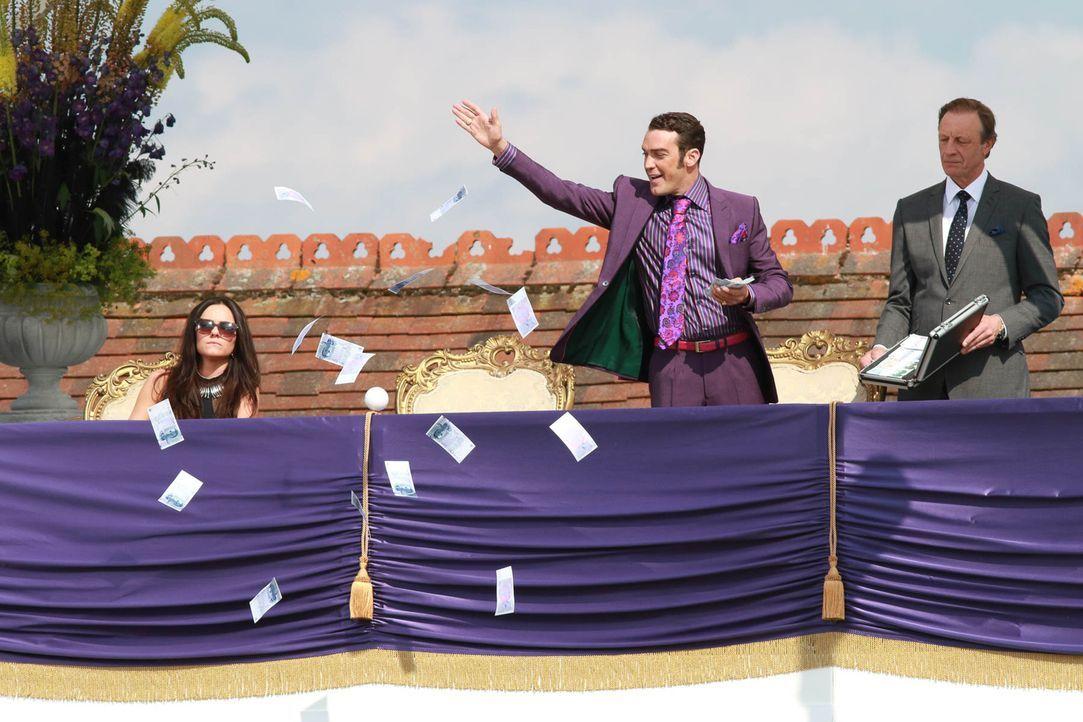 Eleanor (Alexandra Park, l.) und Lucius (Andrew Bicknell, r.) müssen mitansehen, wie Cyrus (Jake Maskall, M.) seine neu gestaltete Monarchie präsent... - Bildquelle: 2015 E! Entertainment Media LLC/Lions Gate Television Inc.
