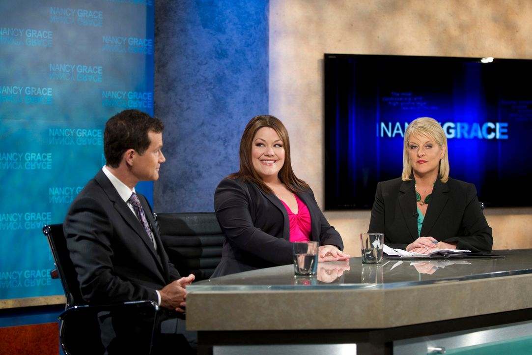Jane (Brooke Elliott, M.) tritt in der Talkshow von Nancy Grace (Nancy Grace, r.) gegen den berühmten Anwalt Lawrence Brand (Dylan Walsh, l.) an. - Bildquelle: 2012 Sony Pictures Television Inc. All Rights Reserved.