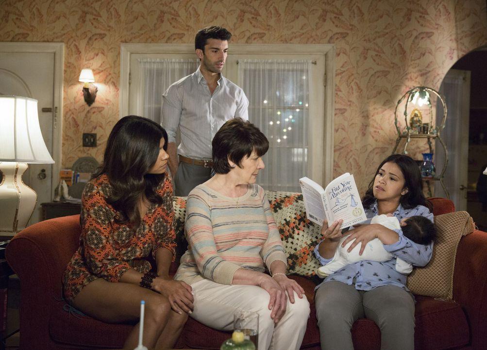 Während sich Jane (Gina Rodriguez, r.) mit Hilfe von Xo (Andrea Navedo, l.) und Alba (Ivonne Coll, M.) auf ihre Mutterrolle konzentriert, fühlt sich... - Bildquelle: Patrick Wymore 2015 The CW Network, LLC. All Rights Reserved.