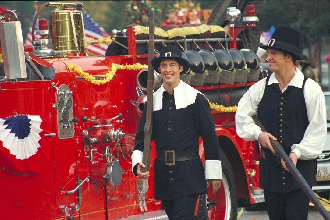 Ed (Tom Cavanagh, l.) und Mike (Josh Randall, r.) müssen während der nun doch stattfindenden Thanksgiving-Parade an den Geist der Pilgerväter erinne... - Bildquelle: Paramount