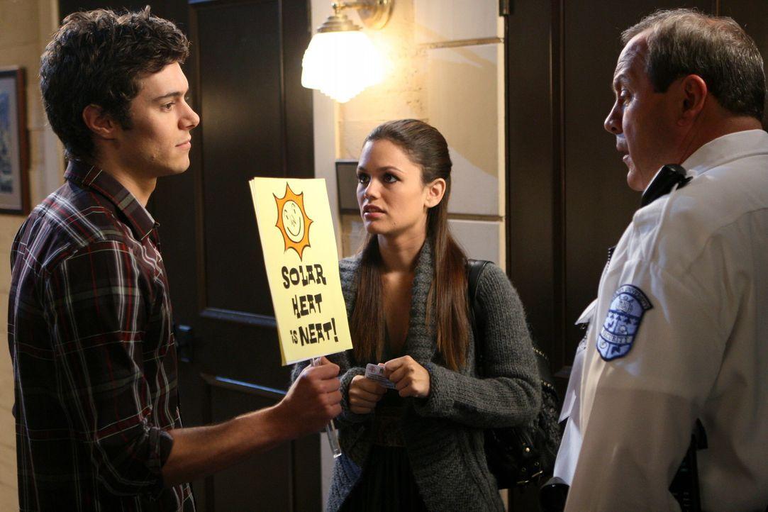 Seth (Adam Brody, l.) bekommt mit, wie Summer (Rachel Bilson, M.) einen Protest organisiert und ist total beeindruckt von ihr. Was auch ein Wachmann... - Bildquelle: Warner Bros. Television