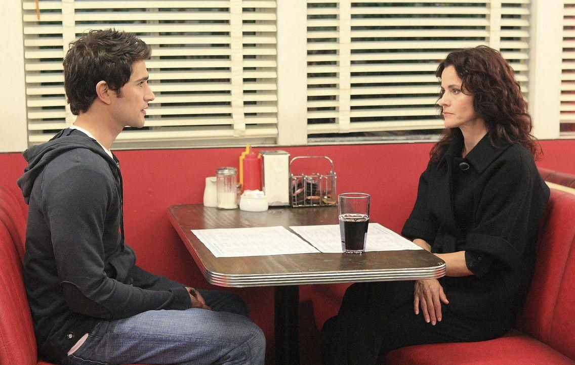 Kyle (Matt Dallas, l.) bittet Sarah (Ally Sheedy, r.) inständig, sich nicht auf Taylor einzulassen ... - Bildquelle: TOUCHSTONE TELEVISION