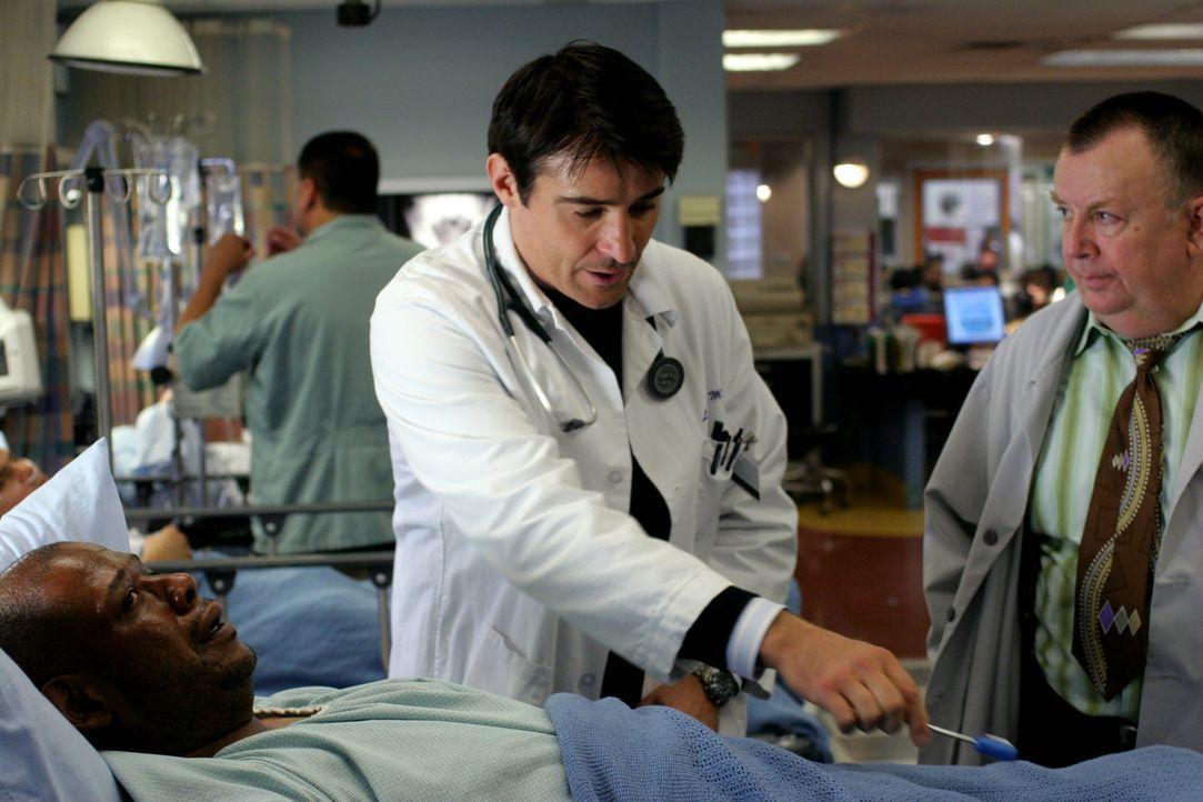 Luka (Goran Visnjic, M.) untersucht Curtis Ames (Forest Whitaker, liegend) und diagnostiziert eine Lungenentzündung. Er will ihm Antibiotika versch... - Bildquelle: Warner Bros. Television