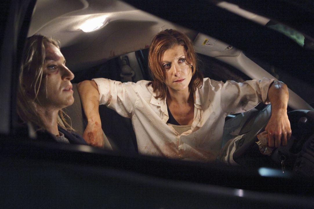 Während einer Wanderung in den Bergen müssen Addison (Kate Walsh, r.)  und Sam (Ever Carradine, l.) Erste Hilfe leisten. Ein Ehepaar ist verunglückt... - Bildquelle: ABC Studios