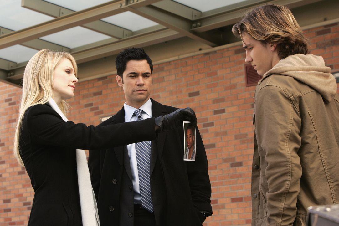 Bei ihren Recherchen stoßen Lilly (Kathryn Morris, l.) und Scott (Danny Pino, M.) auf Michael (Jordan Potter, r.) ... - Bildquelle: Warner Bros. Television