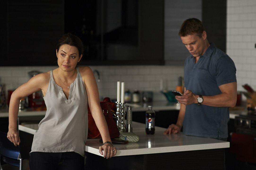 Während Alex (Erica Durance, l.) die Leitung des Trauma-Teams übernimmt, muss Charlie (Michael Shanks, r.) auch in einer ausweglosen Situation die R... - Bildquelle: 2013  Hope Zee Two Inc.