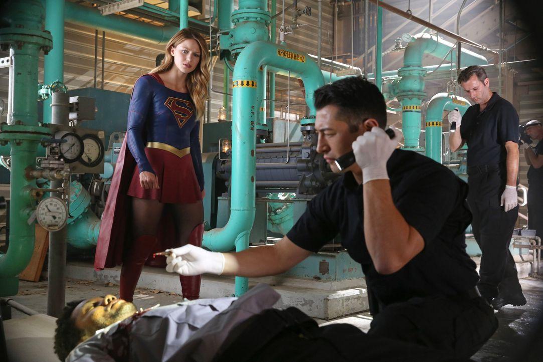 """Kara (Melissa Benoist, l.) muss feststellen, dass das """"Department of Extra-Normal Operations"""", für das ihre Schwester arbeitet, weitaus verstrickter... - Bildquelle: 2015 Warner Bros. Entertainment, Inc."""