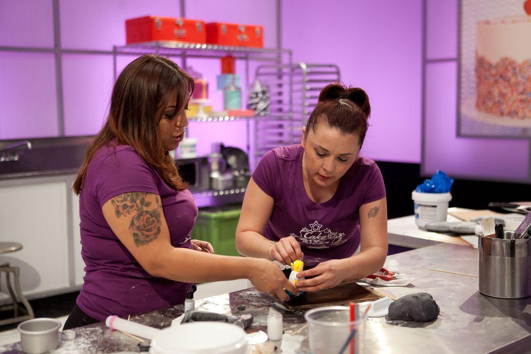 """Inspiriert von der Serie """"The Simpsons"""" kreieren Victoria Stilwell (l.) und ihre Assistentin Pepsy Garcia (r.) einen Kuchen in Form eines Guinness B... - Bildquelle: 2015, Television Food Network, G.P. All Rights Reserved"""