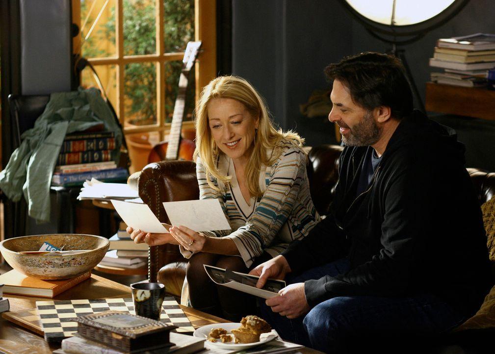 Schwelgen in Erinnerungen: Holly (Patricia Wettig, l.) und David (Ken Olin, r.) - Bildquelle: Disney - ABC International Television