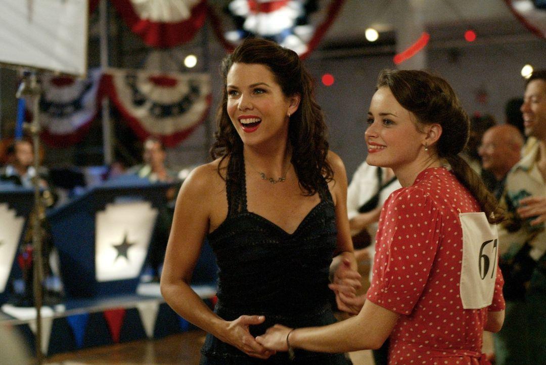 Noch ahnen Lorelai (Lauren Graham, l.) und Rory (Alexis Bledel, r.) nicht, dass der Tanzmarathon im Desaster enden wird ... - Bildquelle: 2002 Warner Bros.