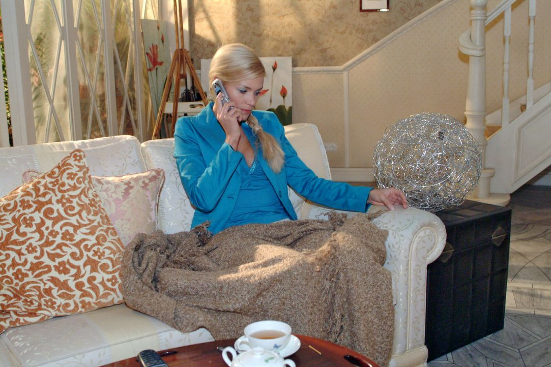 Sabrina (Nina Friederike-Gnädig) schüttet ihr Herz am Telefon Mariella aus. - Bildquelle: Monika Schürle SAT.1 / Monika Schürle