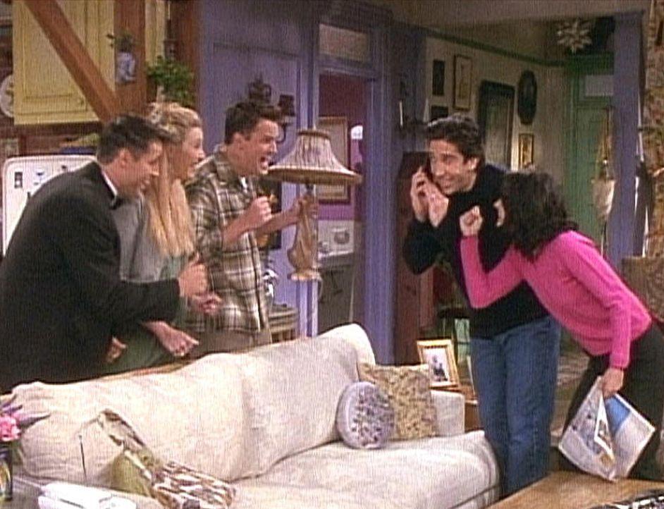 Endlich bekommt Ross (David Schwimmer, 2.v.r.) den ersehnten Anruf von seiner Frau. Seine Freunde freuen sich mit ihm. - Bildquelle: TM+  2000 WARNER BROS.