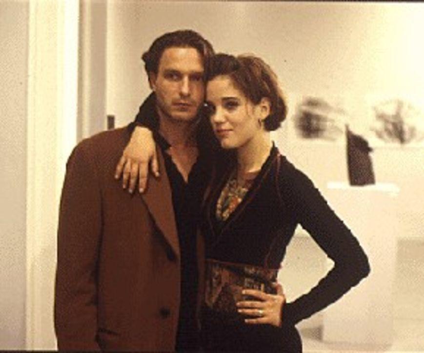Stolz zeigt sich Hanna Haenning (Muriel Baumeister, r.) auf der Vernissage ihrer Mutter Julia mit ihrem Ehemann. Sie hat Michael (Thomas Kretschmann... - Bildquelle: Sat.1/Zinner