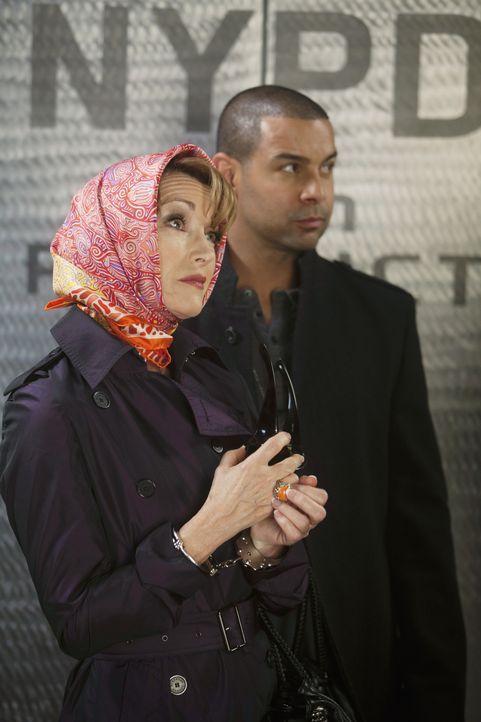 Javier Esposito (Jon Huertas, r.) befürchtet, dass Gloria Chambers (Jane Seymour, l.) etwas zu verbergen hat und bringt sie auf das Revier. - Bildquelle: ABC Studios