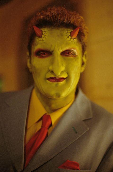 Nach der Zerstörung seines Clubs sucht Lorne (Andy Hallett) Zuflucht bei Angel. - Bildquelle: 20th Century Fox. All Rights Reserved.