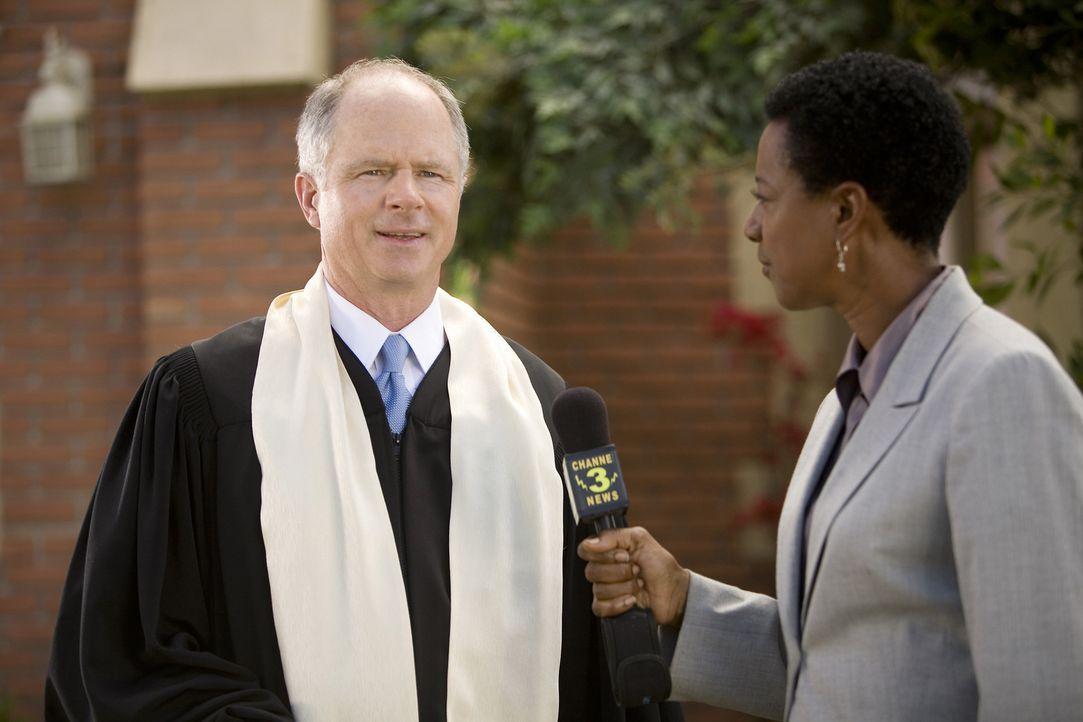 Trotz des Skandals ist und bleibt Grace für Reverend Stone (Tom Virtue, l.) eine Vorzeige-Christin und genau das erzählt er auch der neugierigen Rep... - Bildquelle: ABC Family