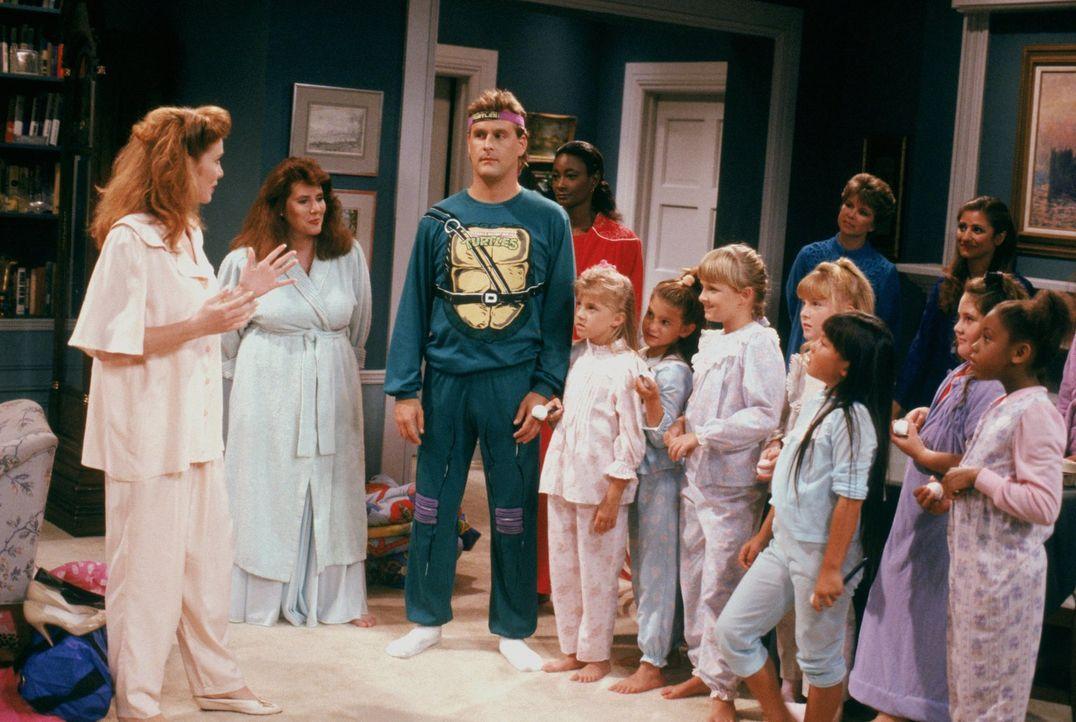 """Als Becky es nicht rechtzeitig zur """"Honigbienen-Schlummer-Party"""" schafft, begleitet Joey (Dave Coulier, 3.v.l.) Stephanie (Jodie Sweetin, 4.v.l.) zu... - Bildquelle: Warner Brothers Inc."""