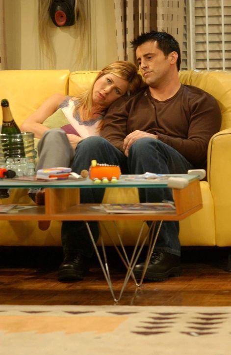 Sind so sehr in ihrem freundschaftlichen Verhältnis verfangen, dass sie gehemmt sind, sich wie ein Liebespaar zu verhalten: Joey (Matt LeBlanc, r.)... - Bildquelle: 2003 Warner Brothers International Television
